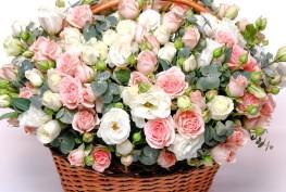 rose-basket-wicker-rozy-eustoma-buket-shikarnyi-korzina