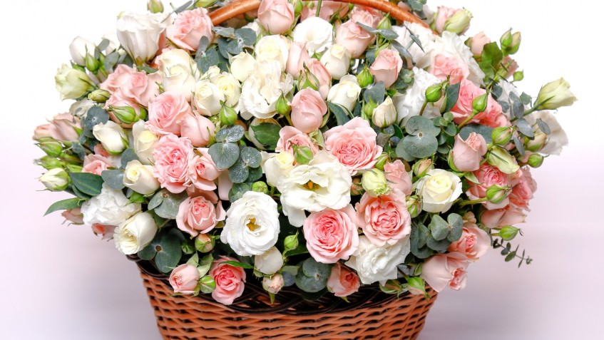 rose-basket-wicker-rozy-eustoma-buket-shikarnyi-korzina